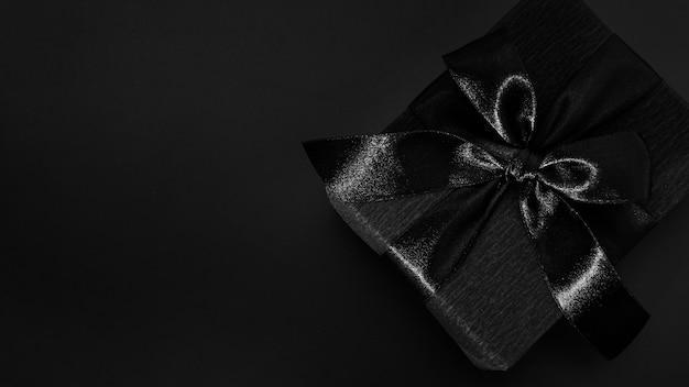 Cadeau noir sur fond sombre Photo gratuit