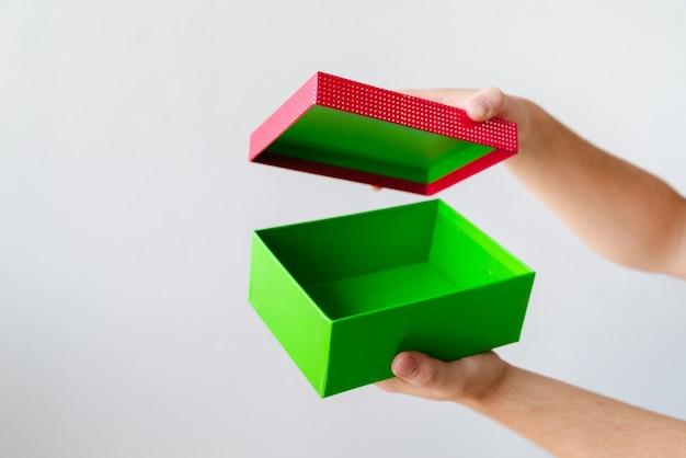 Cadeau d'ouverture de mains sur fond uni Photo gratuit