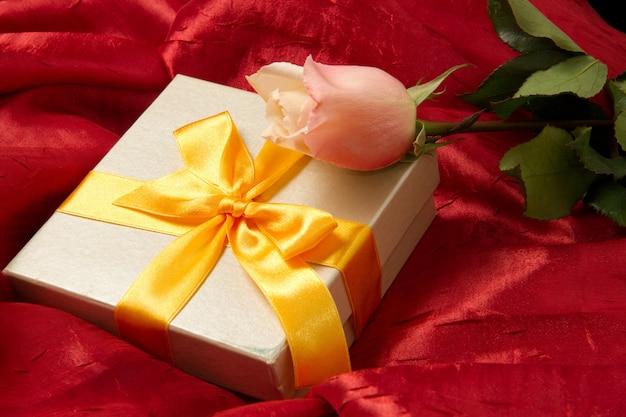 Cadeau avec rose Photo Premium