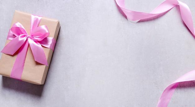 Cadeau Avec Ruban Rose Photo gratuit
