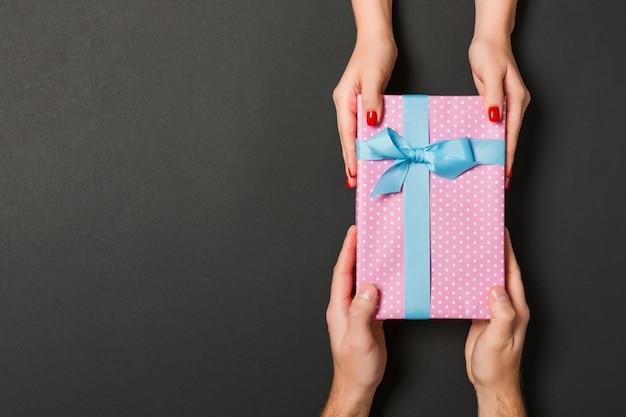 Cadeau De Saint-valentin Donner Dans La Décoration Des Vacances, Copyspace Photo Premium