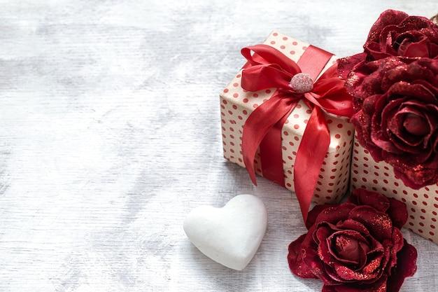 Cadeau De La Saint-valentin Avec Roses Décoratives Et Coeur Blanc Photo Premium