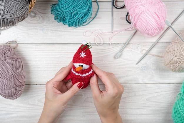 Cadeau Tricoté à La Main De Noël, Jouets Amigurumi. Photo Premium