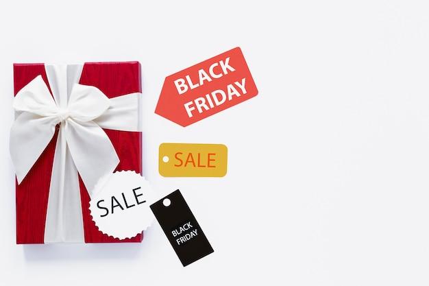 Cadeau de vendredi noir avec des étiquettes de vente Photo gratuit