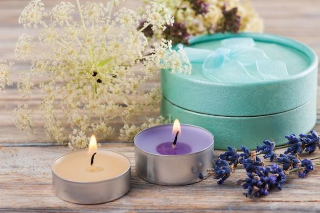 Cadeau Vert Artisanal Avec Noeud, Lavande Photo Premium