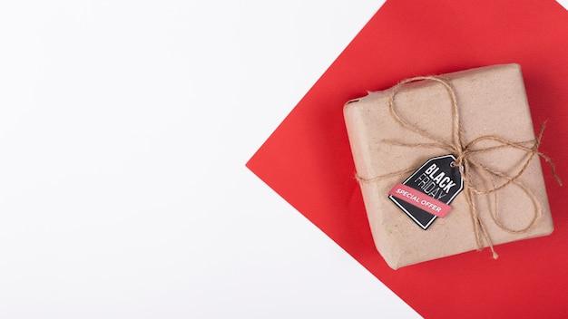 Cadeau vue de dessus avec étiquette de vendredi noir Photo gratuit