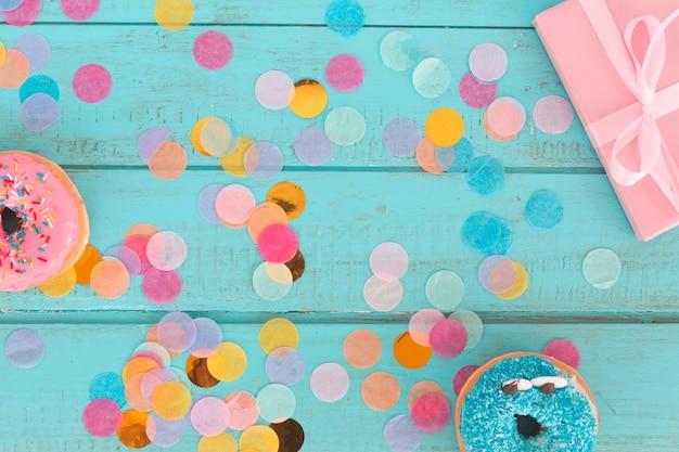 Cadeaux d'anniversaire avec des confettis Photo gratuit