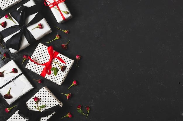 Cadeaux avec boutons floraux et espace de copie Photo gratuit