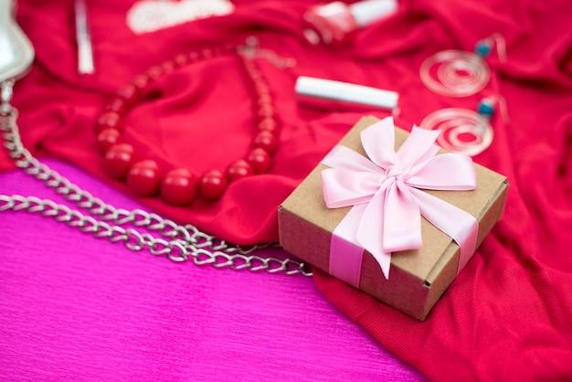 Cadeaux emballés dans des boîtes kraft nouées avec un ruban de satin. Photo Premium