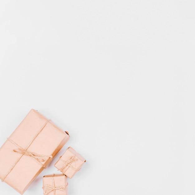 Cadeaux emballés dans du papier kraft Photo gratuit