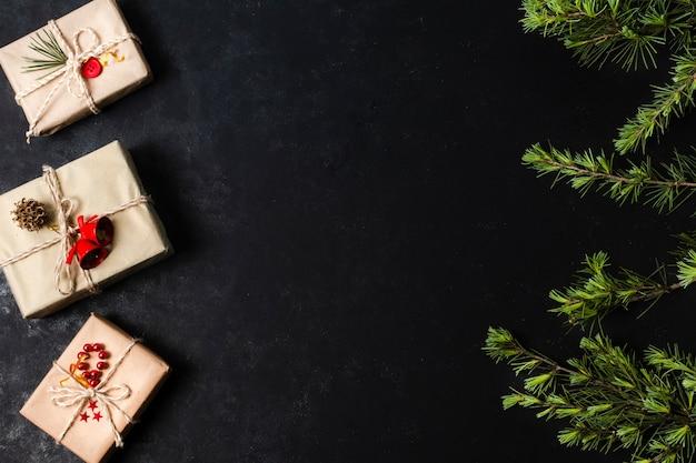 Cadeaux Emballés Sur Fond Noir Avec Espace De Copie Photo gratuit