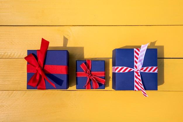 Cadeaux de famille parents et enfants Photo gratuit