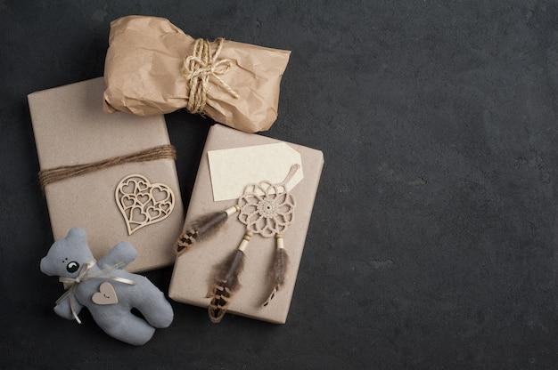 Cadeaux de noël sur béton Photo Premium