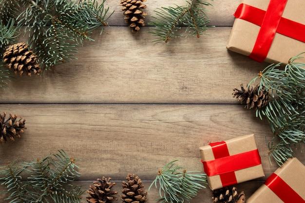 Cadeaux De Noël Et Branches De Pin Avec Espace De Copie Photo gratuit