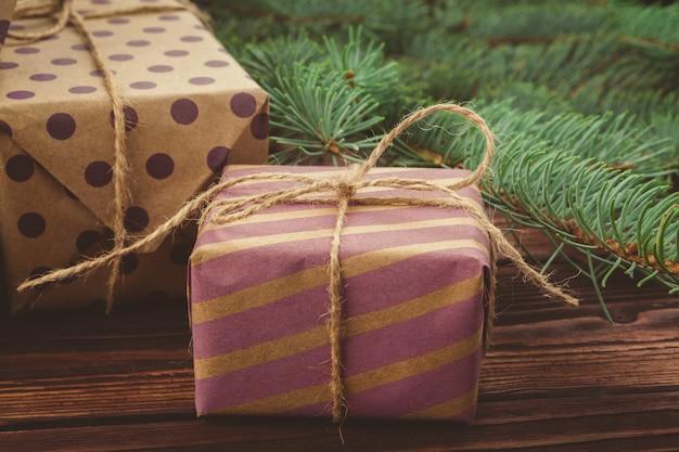 Cadeaux de noël et des branches de pin sur une table en bois, vue de dessus Photo Premium