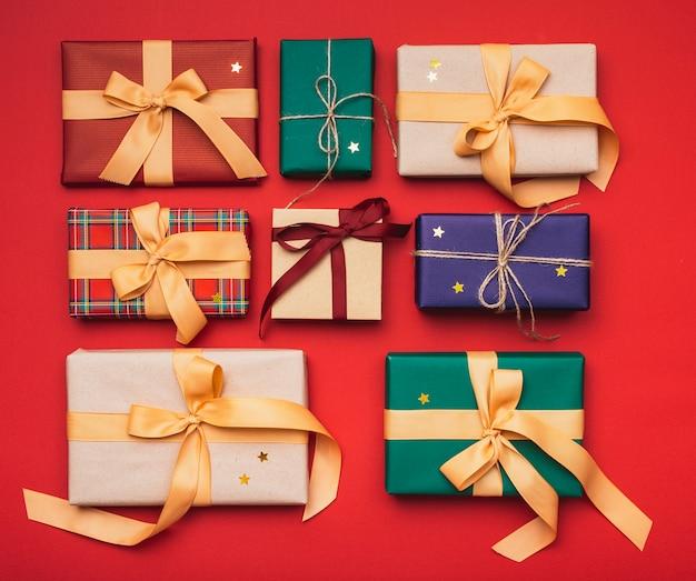 Cadeaux de noël colorés arrangés avec ruban Photo gratuit