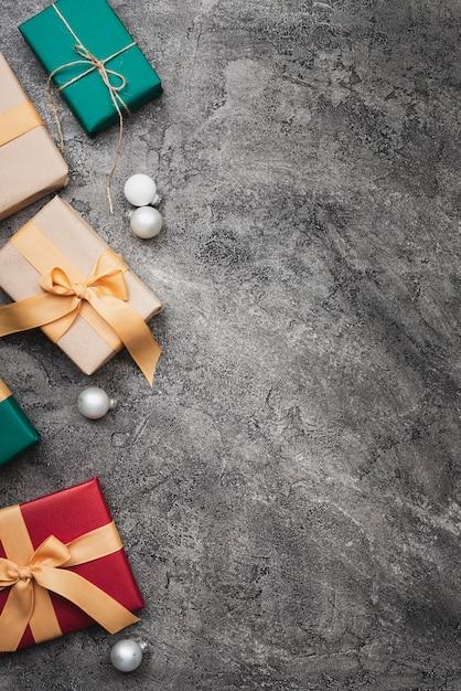 Cadeaux De Noël Colorés Sur Fond De Marbre Avec Espace De Copie Photo gratuit