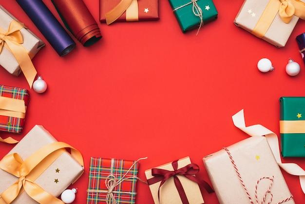 Cadeaux de noël colorés avec papier d'emballage et globes Photo gratuit