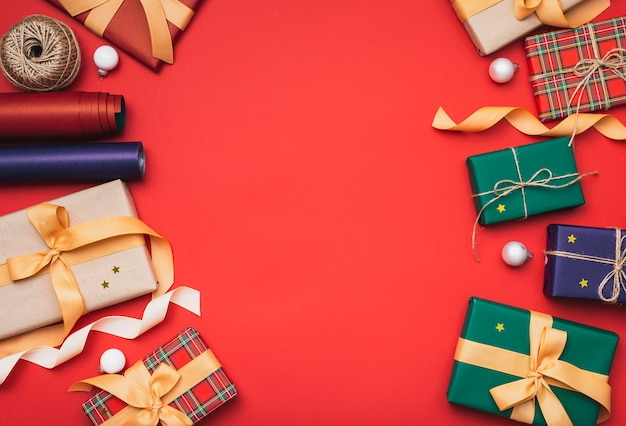 Cadeaux de noël colorés avec papier d'emballage Photo gratuit