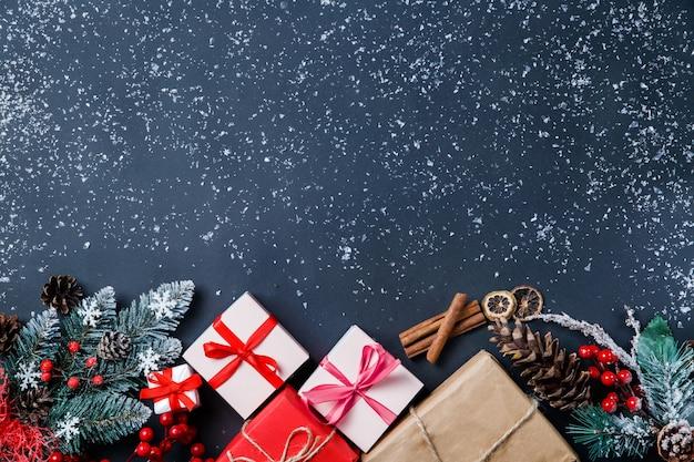 Cadeaux De Noël Et Décorations Sur La Table Photo Premium