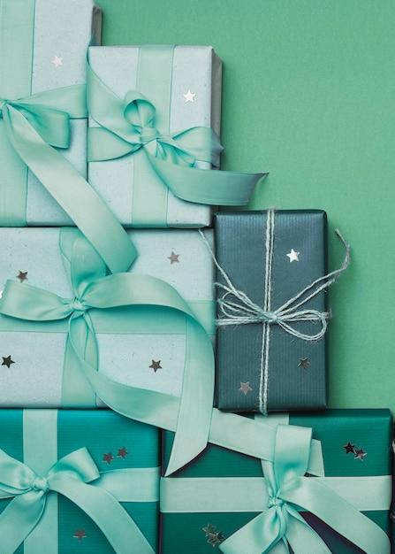 Cadeaux de noël sur fond vert et ruban Photo gratuit