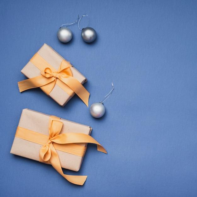 Cadeaux De Noël Avec Des Globes D'argent Sur Fond Bleu Photo gratuit