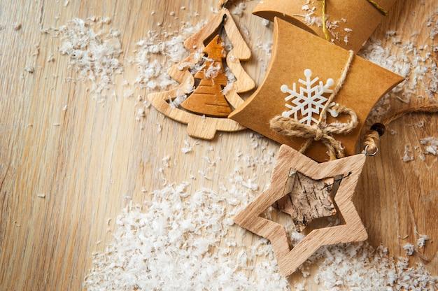 Cadeaux de noël en papier kraft avec des jouets faits maison avec de la neige Photo Premium