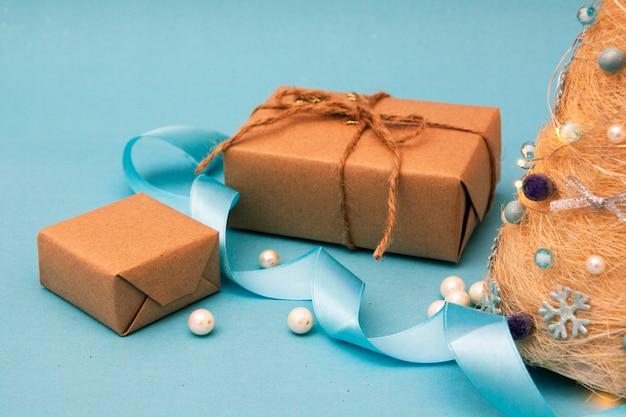 Cadeaux De Noël Près D'un Arbre De Noël Décoratif. Photo Premium