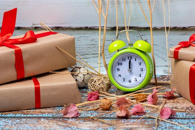 Cadeaux de noël prêts à ouvrir le jour de noël à 12 heures Photo Premium