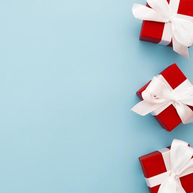 Cadeaux de noël rouges avec ruban blanc Photo gratuit