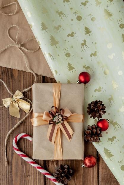 Cadeaux De Noël Avec Ruban Sur Bois Sombre Style Vintage Photo Premium