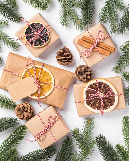 Cadeaux De Noël Zéro Déchet Papier Emballage Avec étiquette, Fruits Secs Et Branches De Sapin Photo Premium