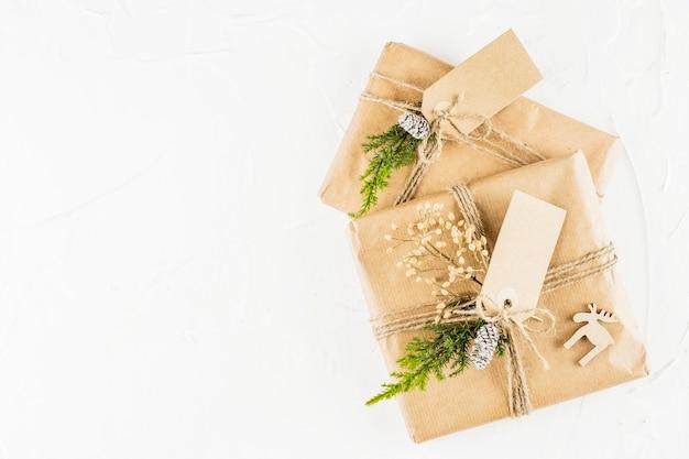 Cadeaux en papier kraft avec des étiquettes Photo gratuit