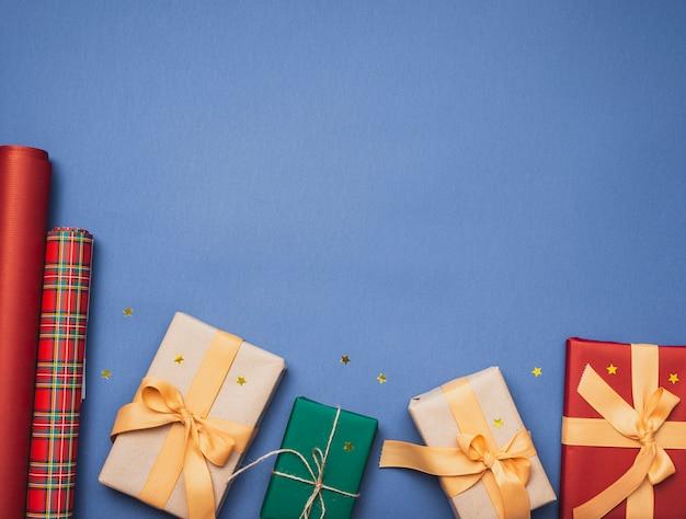 Cadeaux Pour Noël Sur Fond Bleu Et étoiles Photo gratuit
