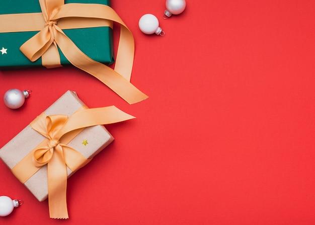Cadeaux Pour Noël Avec Des Globes Et Un Espace De Copie Photo gratuit