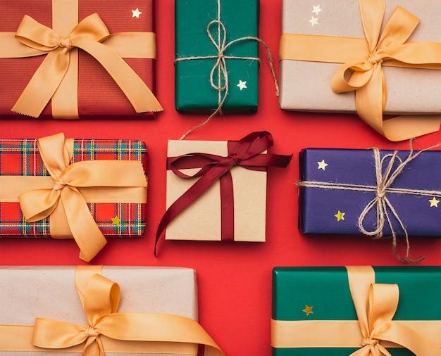 Cadeaux pour noël avec ruban et étoiles dorées Photo gratuit