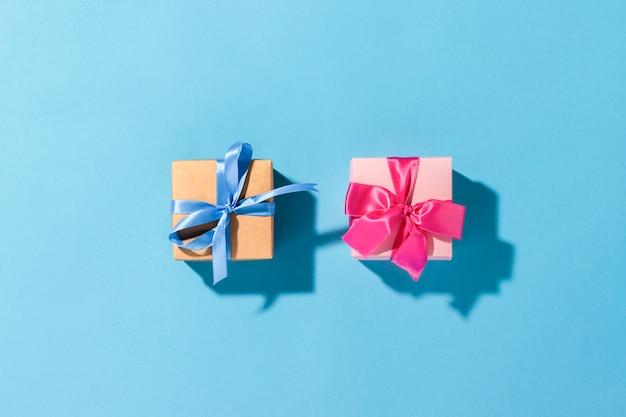 Cadeaux Avec Un Ruban Sur Fond Bleu Sous La Lumière Naturelle. Moderne. Vacances, Famille, Bien-aimés, Pour Lui. Mise à Plat, Vue De Dessus Photo Premium