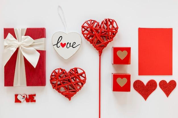 Cadeaux saint valentin avec des coeurs Photo gratuit