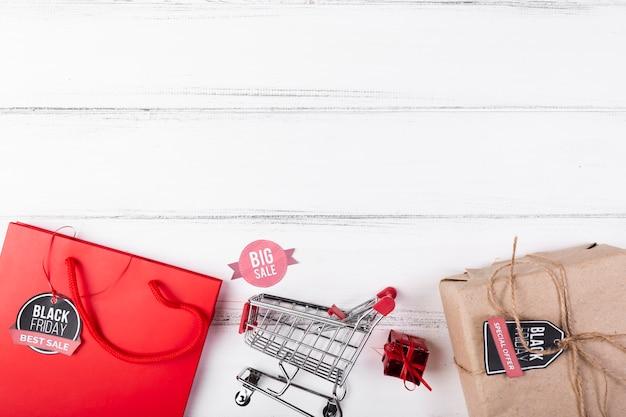 Cadeaux de vendredi noir et panier d'achat Photo gratuit
