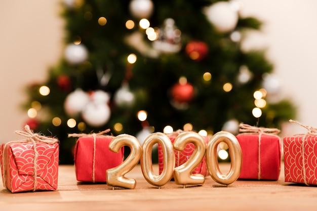 Cadeaux en vue de face et date du nouvel an Photo gratuit