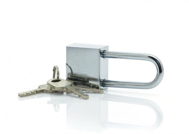 Cadenas avec trois clés sur fond blanc Photo Premium