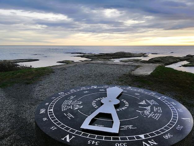 Cadran Solaire Entouré Par La Mer Pendant Le Coucher Du Soleil à Rakke En Norvège Photo gratuit