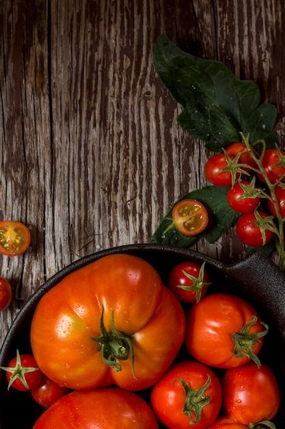 Cadre Alimentaire Sur Fond De Bois Photo gratuit