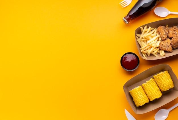 Cadre alimentaire vue de dessus avec restauration rapide et maïs Photo gratuit