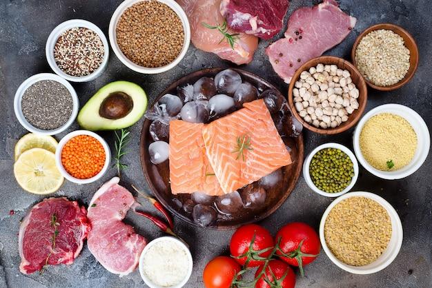 Cadre d'une alimentation saine une sélection d'aliments sains incluant certaines protéines prévient le cancer Photo Premium