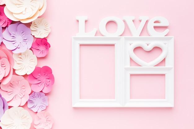 Cadre D'amour Avec Décoration En Papier Floral Photo gratuit