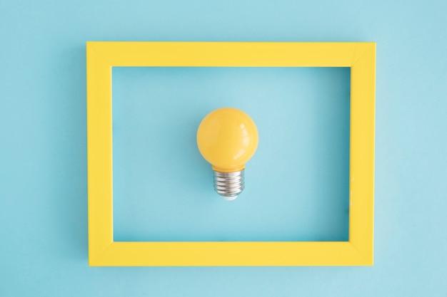 Cadre D'ampoule Jaune Sur Fond Bleu Photo gratuit