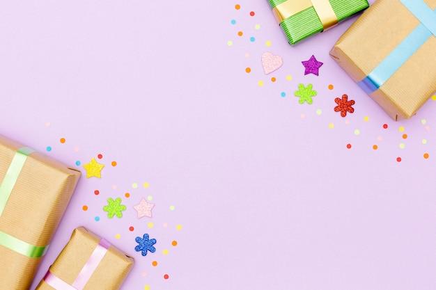 Cadre anniversaire vue de dessus avec cadeaux et espace de copie Photo gratuit