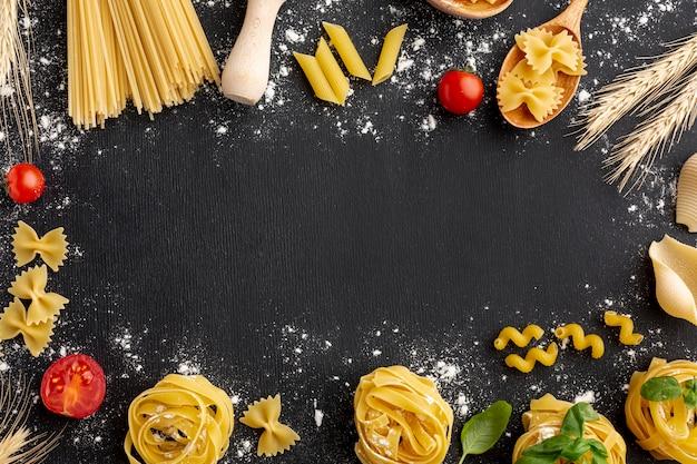 Cadre d'arrangement de pâtes non cuites sur fond noir Photo gratuit