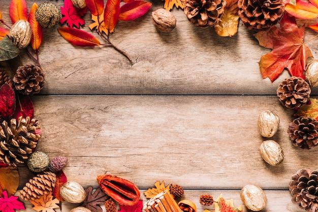 Cadre d'automne de feuilles et de cônes Photo gratuit